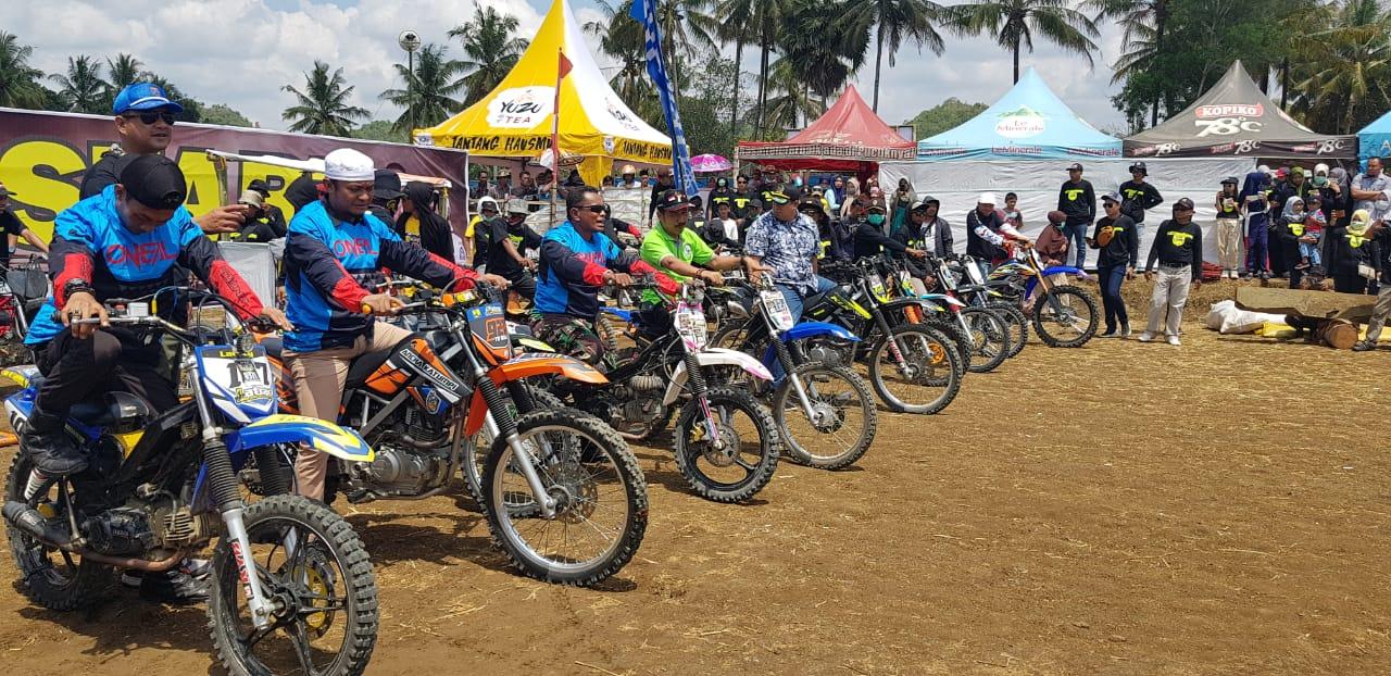 Pesta Rakyat Warga Congko Kecamatan Barebbo Hadirkan Tontonan Balap ojek