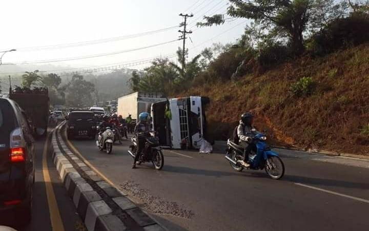 Kecelakaan Tunggal Truk Pengangkut Barang Expedisi Terguling