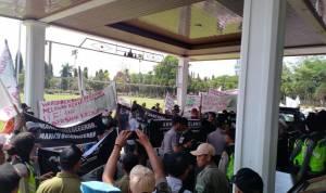 Aksi Protes Warga Tempuran, Bau Menyengat PT. Sidoagung Farm